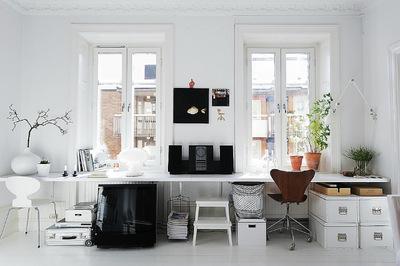 大きな長机のある白基調のホームオフィス.jpg