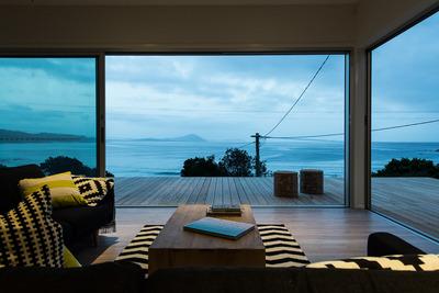 海沿いのウッドデッキテラスの曇りの朝.jpg