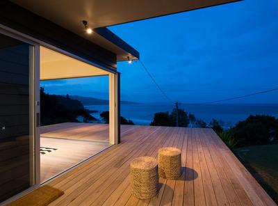 海沿いの高台のウッドデッキテラスの夕暮れ.jpg