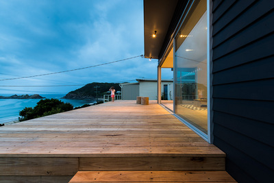 海沿いの高台のウッドデッキテラスを横から.jpg