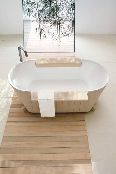 木のバスタブの置かれたアイボリーホワイトのタイルと白い板材のバスルーム