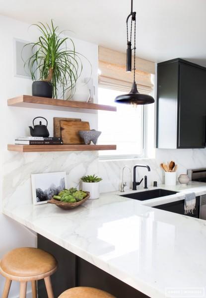 シンプルな木の造作棚のある明るく開放的な雰囲気のキッチン1