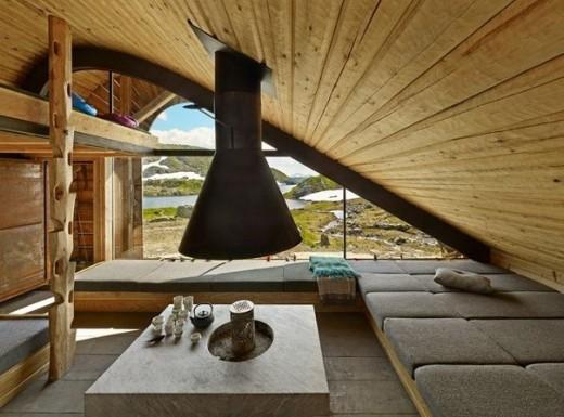湖そばのロッジの勾配天井の下の包まれ感のある寛ぎスペース1