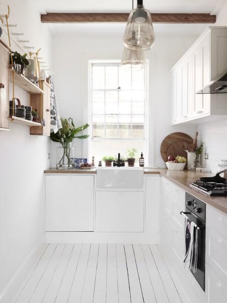 格子窓の入った縦長の上げ下げ窓のある細長いキッチンスペース