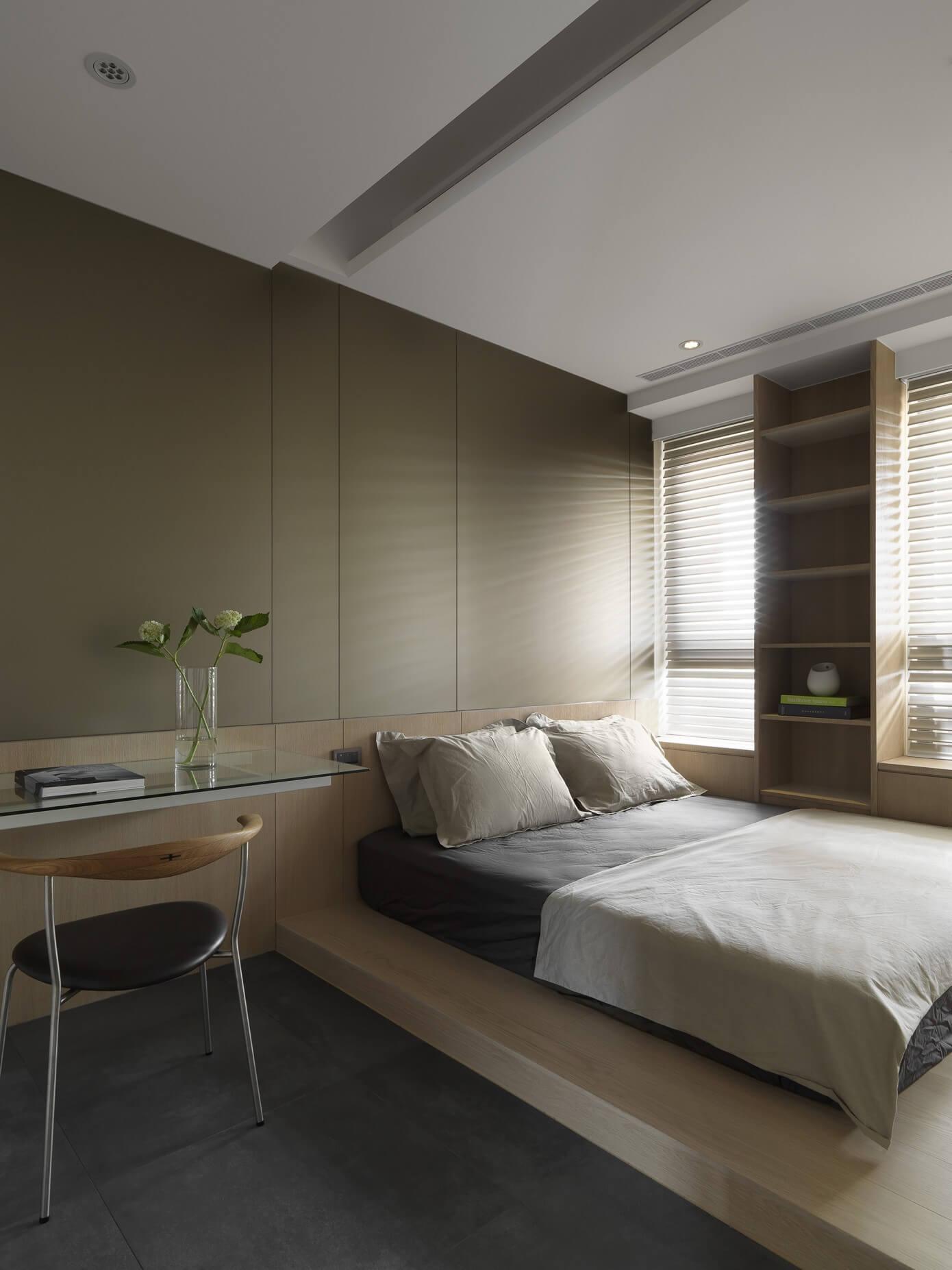 小上がり的に一段高くなったエリアのあるベッドルーム