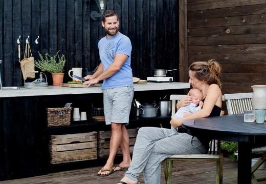 ウッドデッキの庭の収納も作業スペースも充実した屋外ダイニング・キッチン