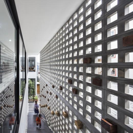 空間を自在に区切るコンクリート製の収納兼パーティションブロック「スクリーンブロック」で区切って作られたエントランス
