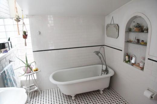 サブウェイタイルと白いペンキ塗りのレンガで囲われたロフトハウスのバスルーム