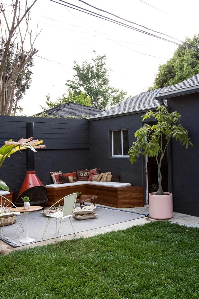 DIYで作った造作ベンチと暖炉のある中庭1