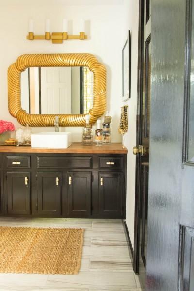 ゴールドのフレームの洗面鏡のある洗面台