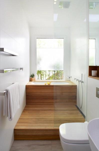 細長でコンパクトな大きな窓のある板張りのバスルーム1