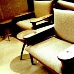 一人掛けソファ&コーヒーテーブルの置かれたスペース スタバ HDR