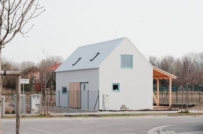 内部に構造躯体以外のものがほとんど無い家の外観