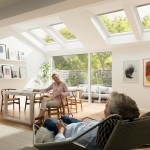 屋外リビング的な庭に隣接する、大きな天窓がいくつも入った明るく開放的な半屋外的なダイニングスペース