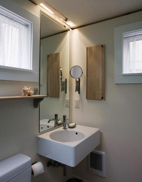 ロフトベッドルームのある狭小住宅のバスルーム
