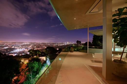 高台に建つ家の開放的な全開口スライドドアのベッドルームに隣接するベランダからの夜景2