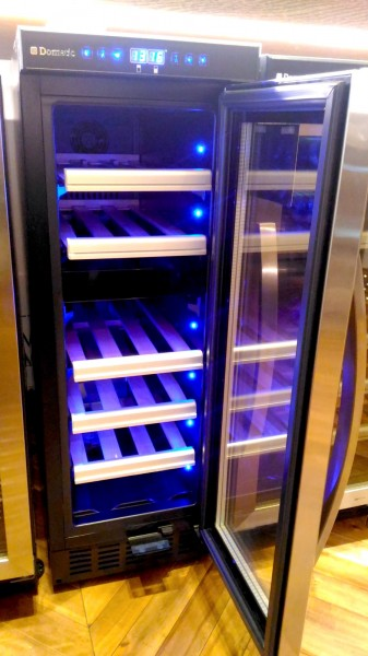 2台目の冷蔵庫 二子玉川 蔦屋家電にあったドメティックのワインセラー D15 17本タイプの外観 扉を開いたところ 2室温度調節可_[0]