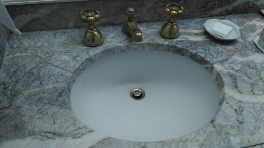 サンディエゴの老舗ホテル The Westgate hotelのゲストルームで見つけた深めのつくりの洗面ボウル アップ