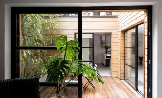 中庭的なテラスの屋外ダイニング的スペース