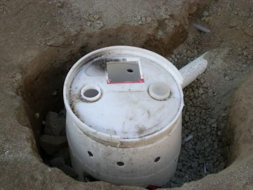 DIYで作った、レンガのカウンターやBBQグリル、シンクのある立派なアウトドアキッチン DIY04 排水槽を埋める