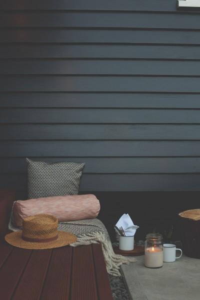 フェンスとベンチのあるシンプルな庭の屋外リビング