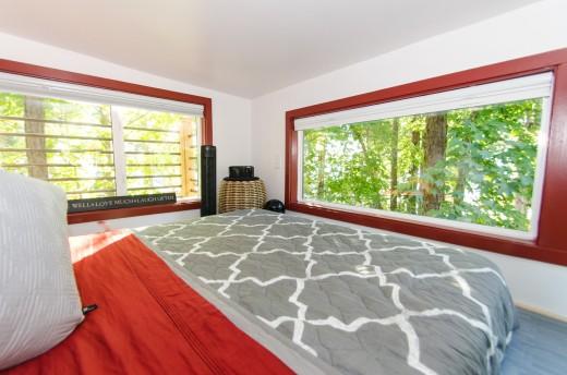 2つのロフトのあるトレーラーハウスのロフトベッドルームの窓