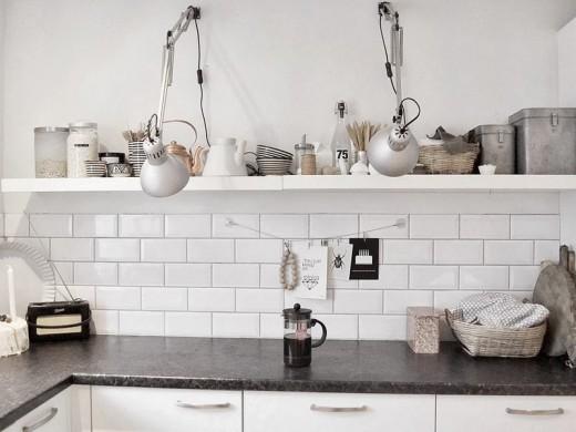 2つのアームランプが壁に取り付けられたキッチン