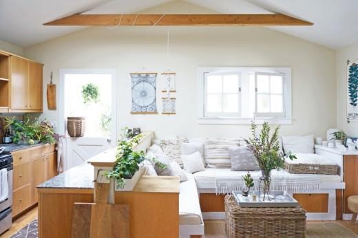 天窓と両開きの可愛らしい窓のあるコンパクトなリビング・ダイニング・キッチン3