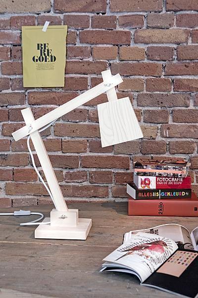 木製のデスクスタンドランプTAF_Wood_Lamp_Muutoをリビングの床に直置き
