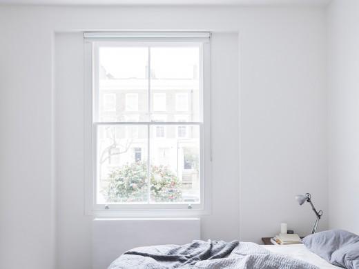 ロンドン北部イズリントンの街に建つメゾネットの2LDKの上階のメインのベッドルーム
