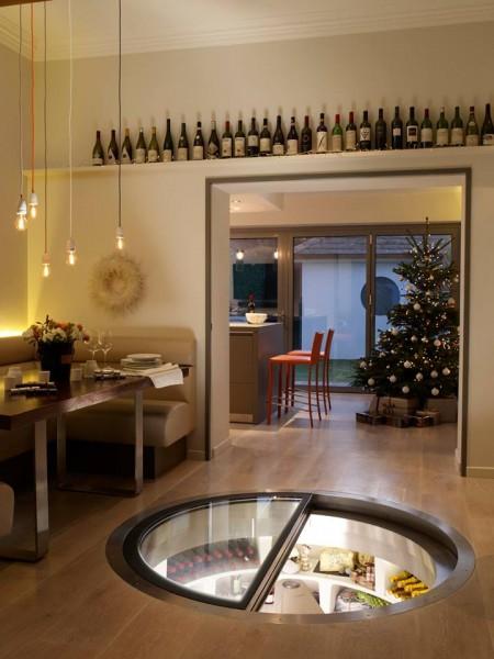 ダイニングの床に埋め込まれた、ガラス扉の螺旋階段状のワインセラー兼食料貯蔵庫1