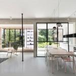 片隅の窓際に小上がり的な1段高い寛ぎスペースのある明るく開放的なリビング・ダイニング・キッチン