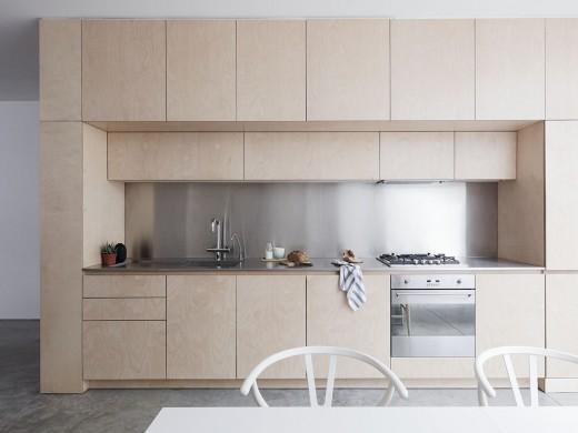 ロンドン北部イズリントンの街に建つメゾネットの2LDKの板目の白木の木目が美しいキッチン