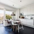ゆったりとした広いベランダと大きな窓のある開放的なダイニング・キッチン