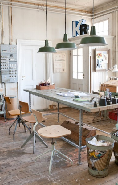 大きな作業テーブルとレトロな照明のあるワークスペース