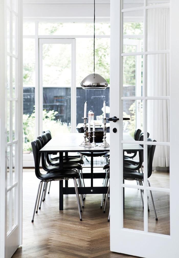 ガラスの白いフレンチドアで区切られたダイニング・キッチン