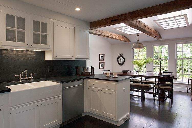 大きな天窓が2つある明るく開放的なダイニング・キッチン