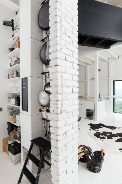 納屋をリノベーションしたロフトハウスのキッチンの収納スペース1