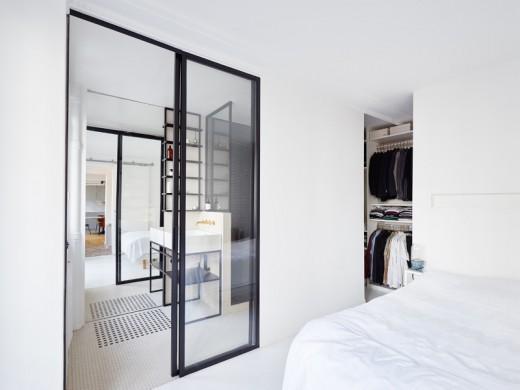 横に長いレイアウトの家のベッドルームから、奥のバスルームをのぞむ2