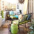 グリーンでコーディネイトされたソファが2つあるコンパクトなバルコニー