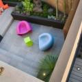 カラフルな屋外家具のあるテラス1