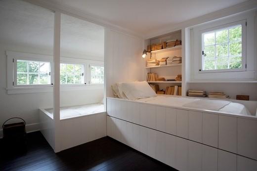 大きめの造作の本棚と可愛らしい格子窓のある2人用ベッドルーム 子供部屋1