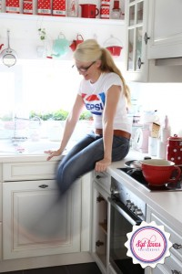 赤い食器と調理器具で彩られたキッチン