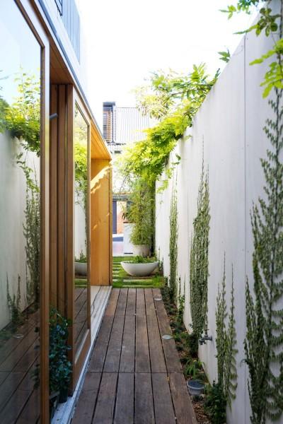 箱庭住宅の脇のウッドデッキの回廊2