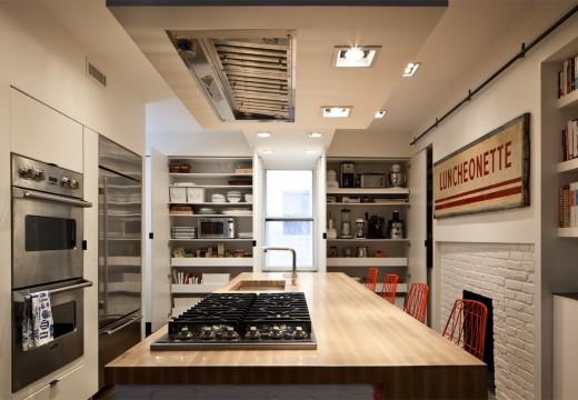 巨大な収納と巨大なカウンターテーブルのある使いやすそうなダイニング・キッチン 奥の棚には大物調理器具などが全てまとめて収納可能