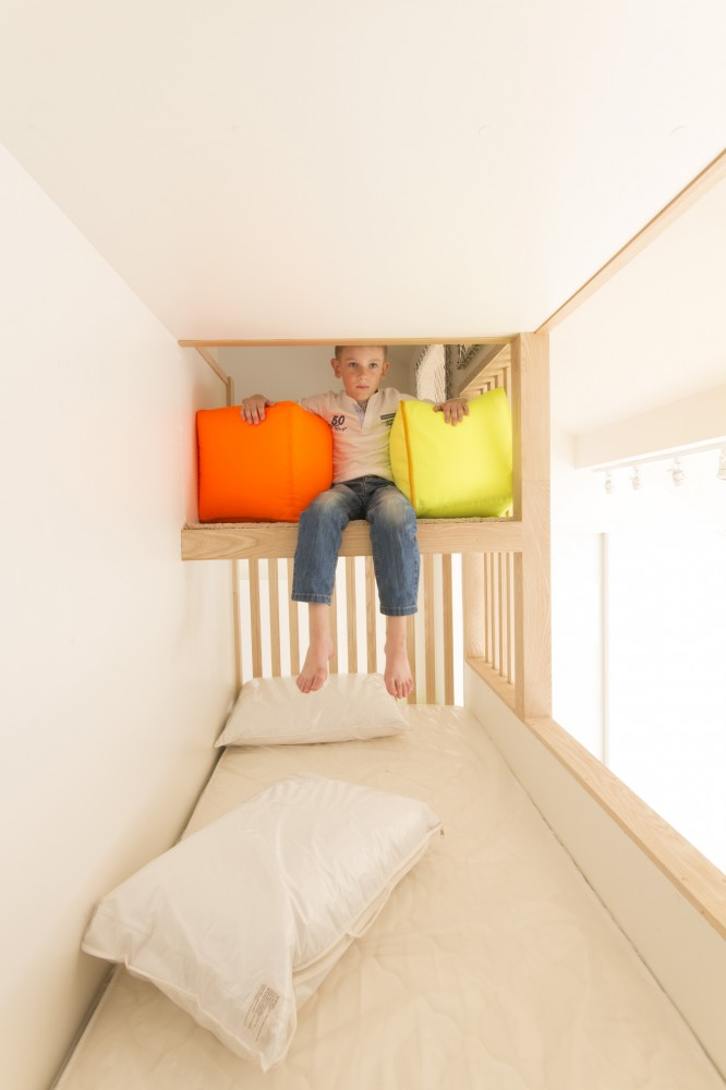 プレイルームへとつながる造作2段ベッドの上段