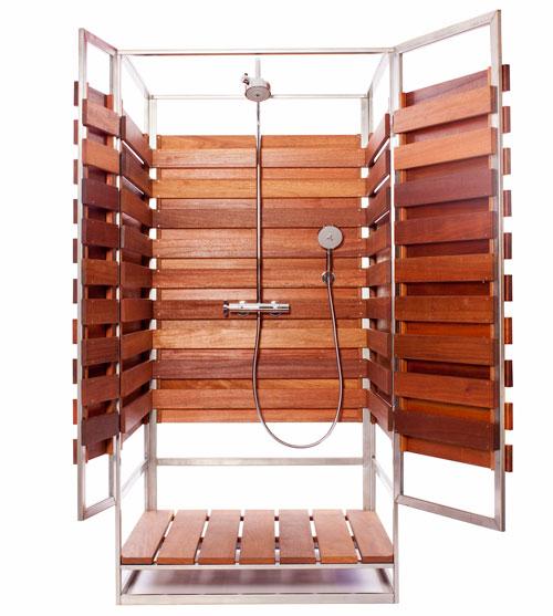 ステンレスフレームと広葉樹の組み合わせで作られた、ユニット化された屋外用シャワーブース 扉開いたところ