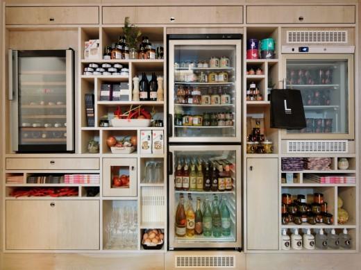 20世紀初頭の建物をリノベーションしたフランクフルトのゲストハウスのダイニングの壁に並べられた幾つもの冷蔵庫