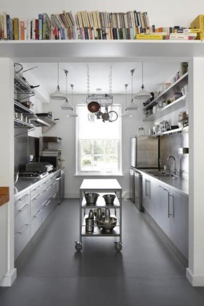 大きな壁面造作本棚のあるダイニングの隣の機能的なキッチン