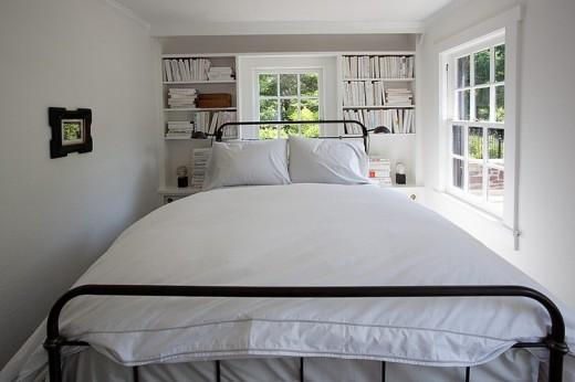 枕元の壁面に造作の本棚のあるベッドルーム